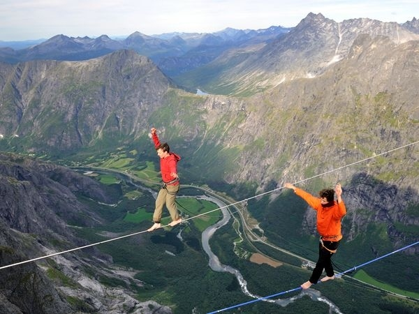 Highlining-the-trollveggen-norway-19803-1323342457-65